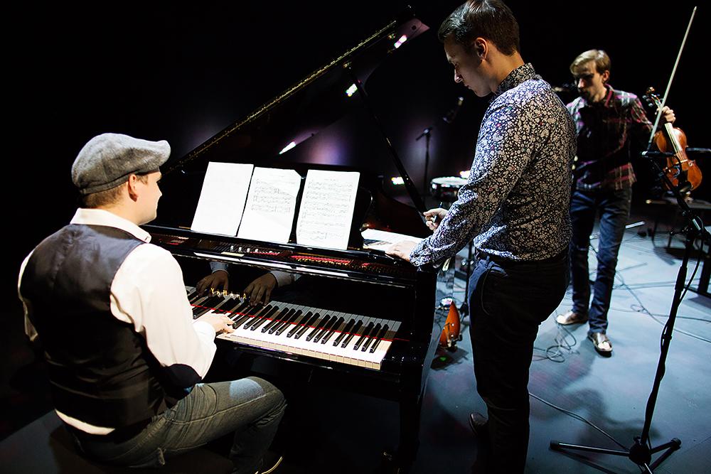 Muusikkoja soittamassa eri instrumentteja