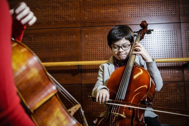 Nuori oppilas soittaa selloa