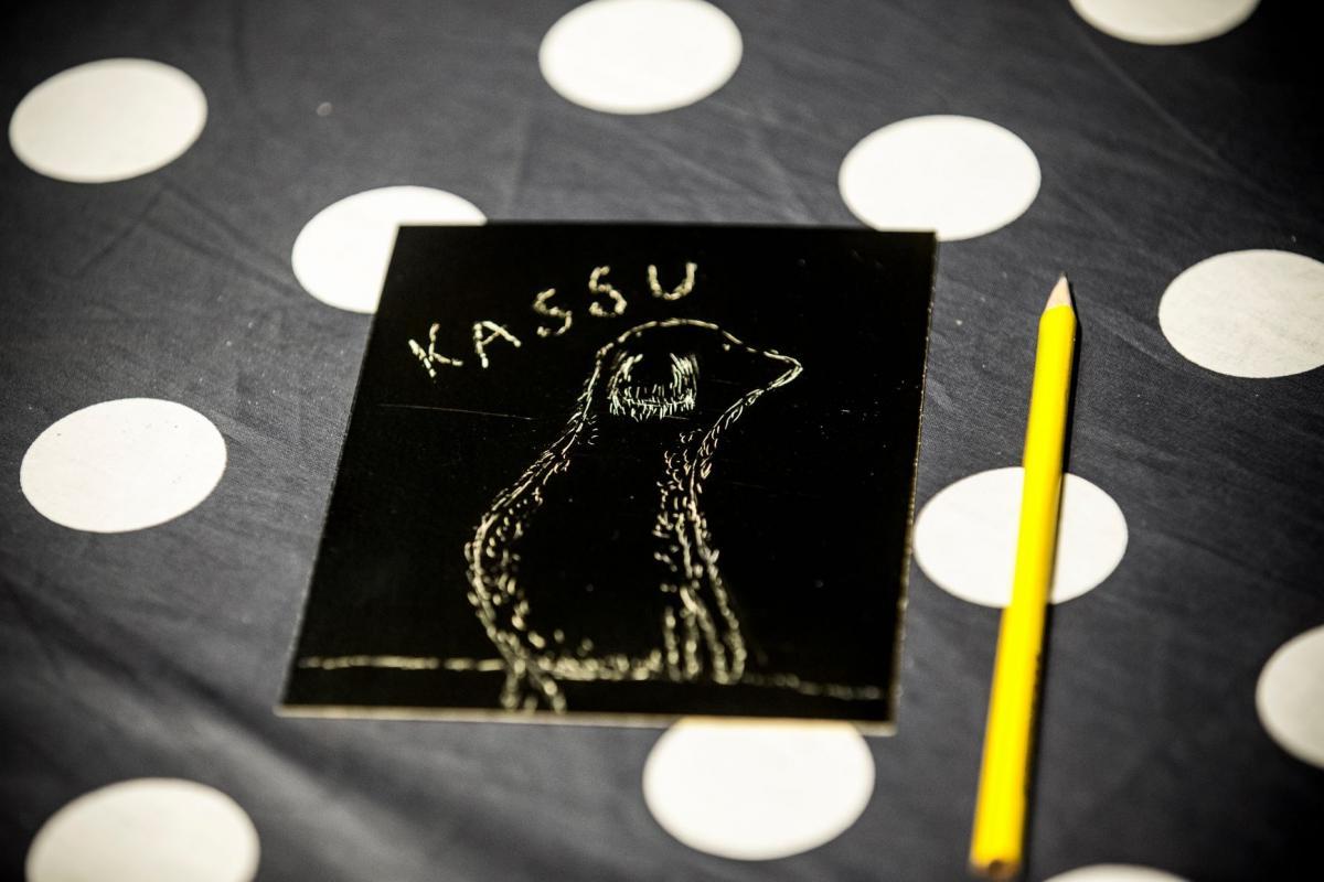 Kortti ja kynä pöydällä
