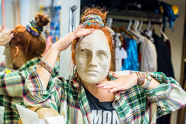 Henkilö naamio kasvoillaan