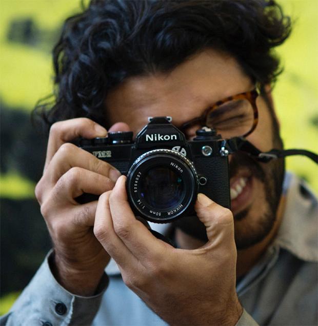Henkilö ottaa valokuvaa järjestelmäkameralla