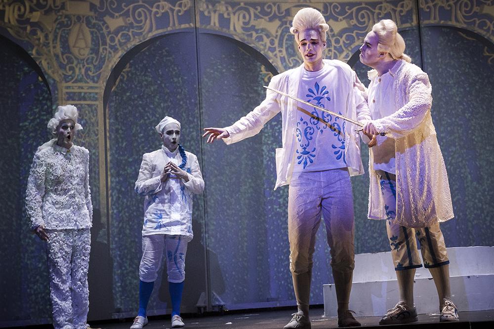 Henkilöitä esiintyy oopperassa peruukeissa