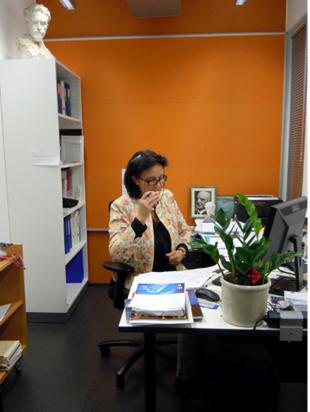 Kirjastonjohtaja työpisteellään