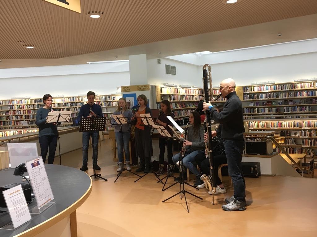 Muusikot soittavat kirjastossa