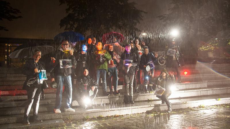 Valosuunnittelun opiskelijoita sateessa