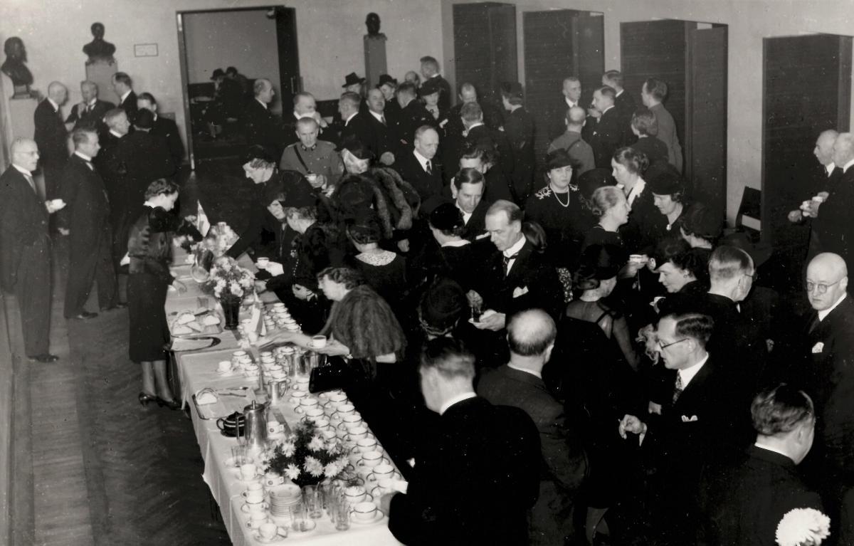 Ihmisiä buffet-pöydän ympärillä