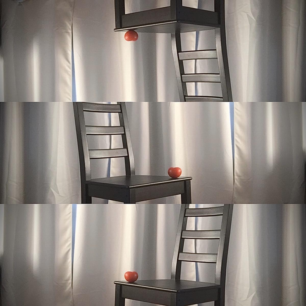 Kuva tuolista, jonka päällä tomaatti. Kuva monistettu kolme kertaa ja aseteltu päällekkäin