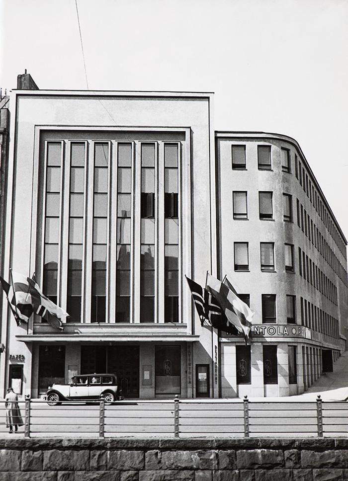 Den högtidliga invigningen av konservatoriebyggnaden och Helsingfors Konservatoriums 50-årsjubileum firades den 22 maj 1932 i samband med Nordiska musikfestivalen. De nordiska flaggorna vajar i konservatoriet flaggstänger.