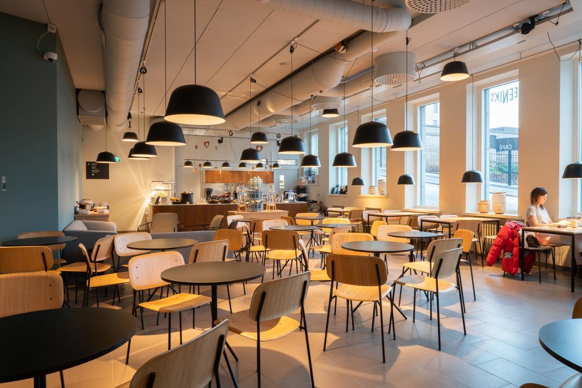 Kaféet i Konstuniversitetets R-hus år 2020 efter den senaste ombyggnaden.