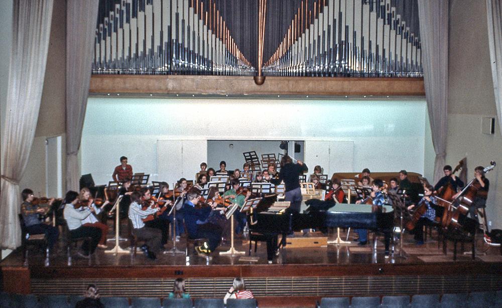 Symfoniorkestern övar i konsertsalen under ledning av Ilpo Mansernus 1978.