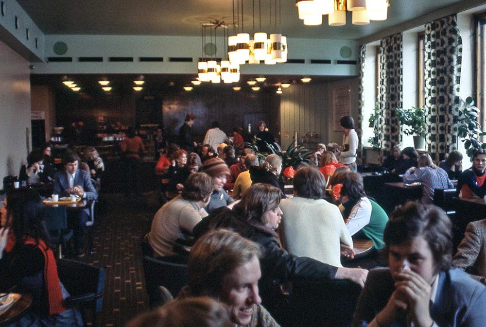 Liv och rörelse i Cafe Fenix i Sibelius-Akademin 1978.De gröna stolarna föregick de återvunna röda bänkarna från hamburgerrestaurangen Wimpy.