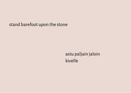 """Vaaleanpunainen tausta, jossa lukee mustalla tekstillä yläreunassa vasemmalla """"stand barefoot upon the stone"""" ja alareunassa oikealla """"astu paljain jaloin kivelle""""."""