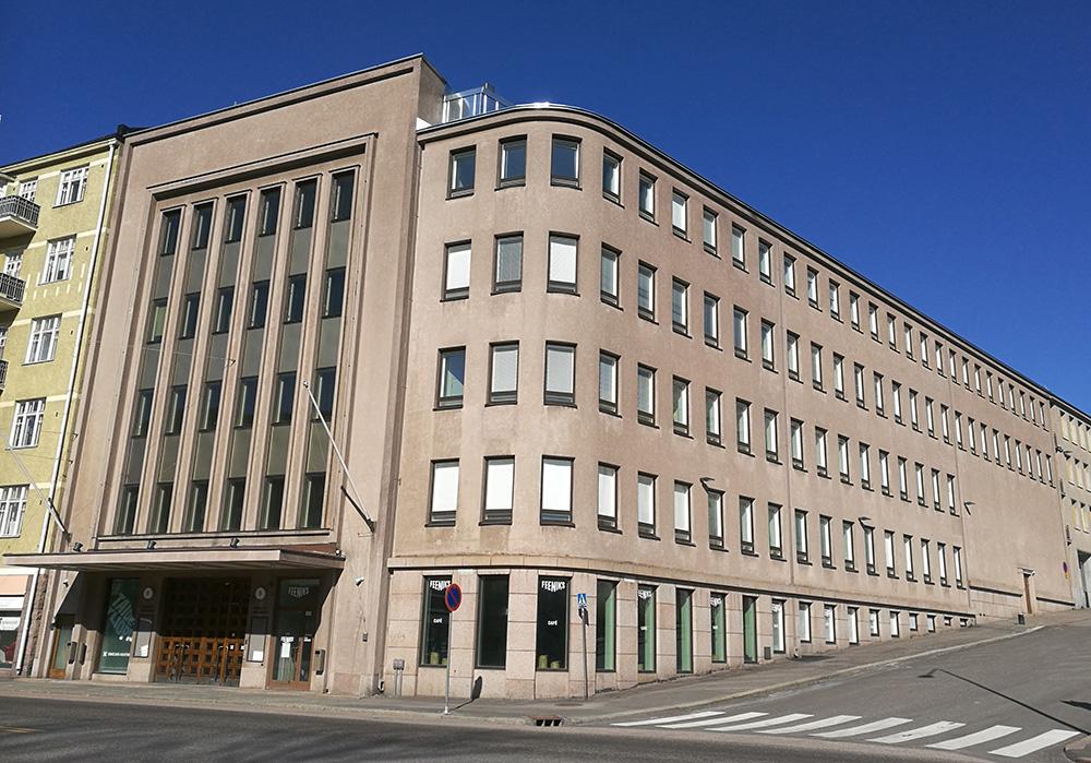 Konservatoriebyggnadens fasad domineras av fasaden vid huvudentrén och byggnadens rundade hörn.