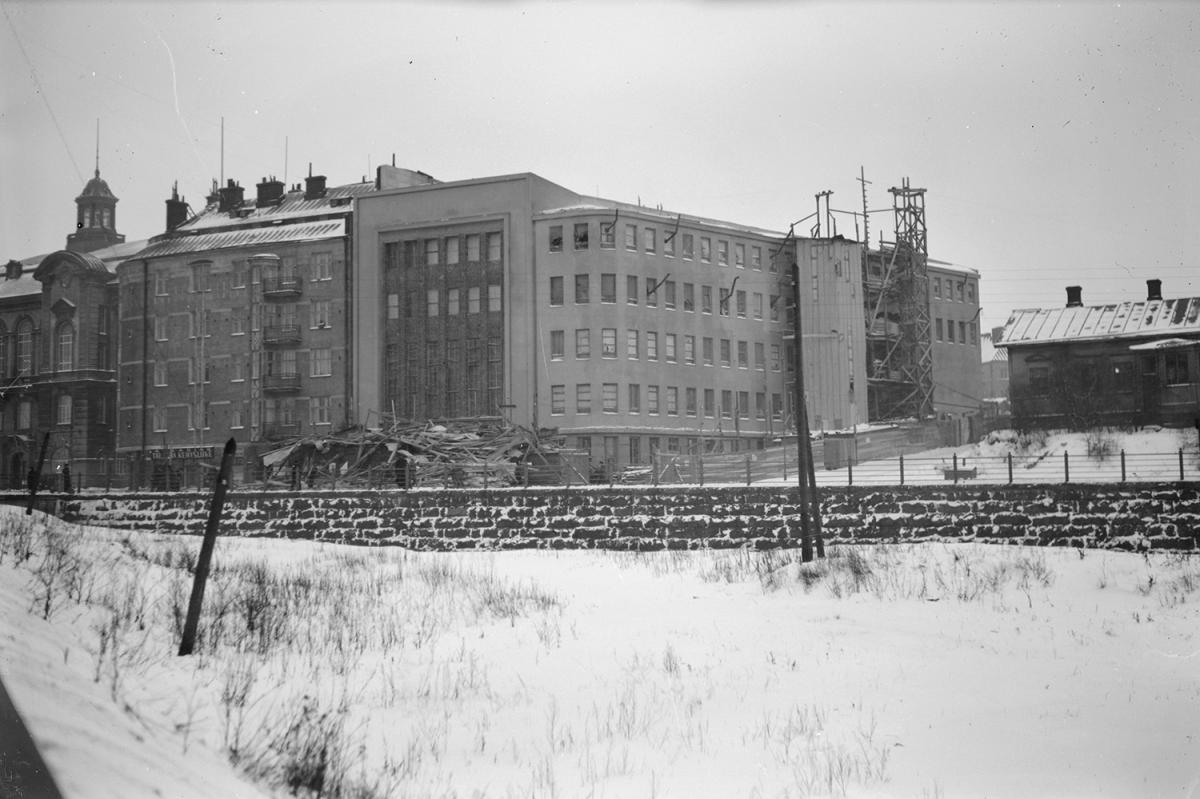Conservatory building in the construction phase. In front of the house, the scaffolding that broke off in a strong wind and crashed on the street on 4 January 1931. However, no one was injured in the accident. The windows show the flues of the drying stoves.