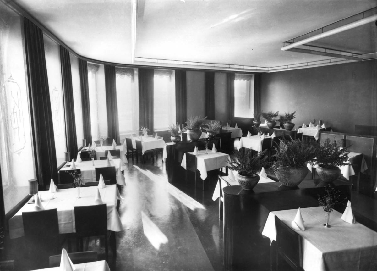 Konservatoriebyggnadens intima och distingerade restaurang 1935. Restaurangen nåddes direkt från gatan eller inomhus längs en lång korrido från entréhallen.