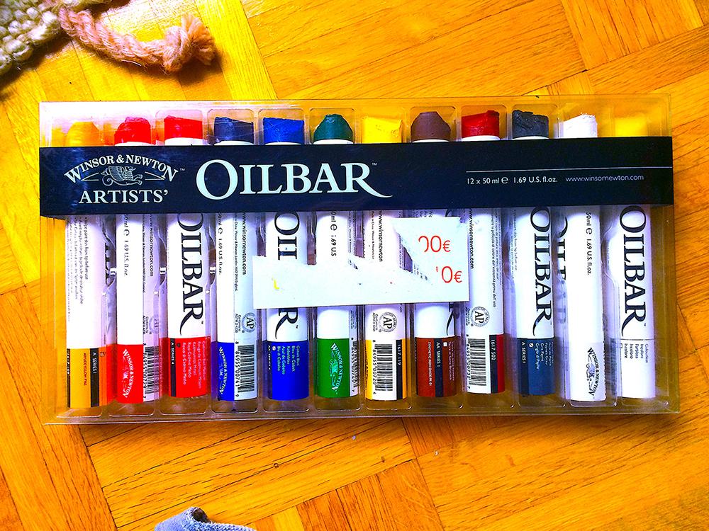 Väriliitupaketti puulattialla. Värit ovat merkkiä Winsor&Newton Artsits' ja tuotenimi Oilbar.