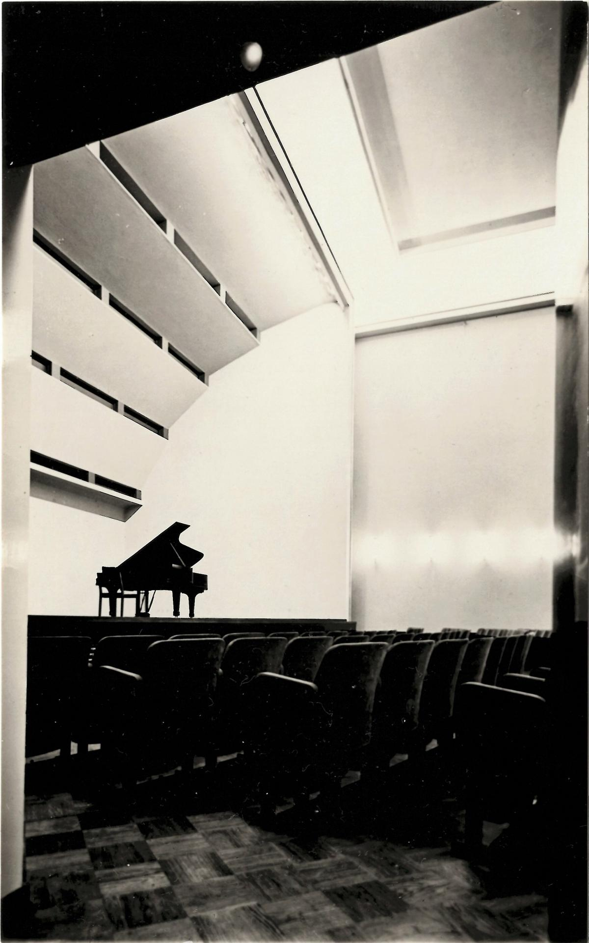 The concert hall stage and the original roof structure. The sheets on the ceiling serve as acoustic elements, and the future organ was meant to be hidden behind them. However, they were dismantled in connection with the construction of the organs in 1939 and the organ pipes were left visible.