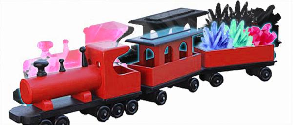 Punainen leikkijuna, jonka kyytiin on kuvaan muokattu kolme eriväristä kristallia. Junan taakse on muokattu samanlainen juna, joka näyttää olevan tehty kokonaan kristallista.