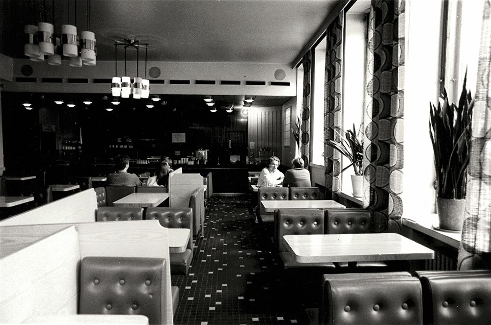 Cafe Fenix på 1980-talet. Stolarna och borden kom från en nedlagd hamburgerrestaurang.