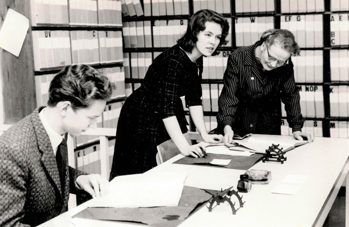 Sibelius-Akademins bibliotek 1961. Bibliotekarie Helvi Leiviskä i sällskap av studerandena Tuula Hirvenoja och Risto Hurskainen.