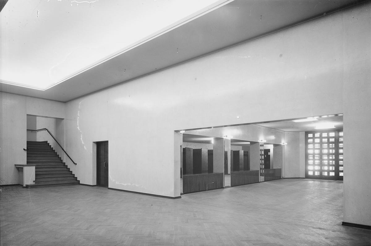 Också de invändiga delarna är avskalade med strama drag. Inga dörrar fanns mellan entréhallen och korridoren, utan från garderoberna i entréhallen kom man smidigt in i korridoren och därifrån till konsertsalen. Det var inte förrän vid ombyggnaden i början av 1990-talet som man lade till dörrar med glasrutor som imiterade ytterdörrna.