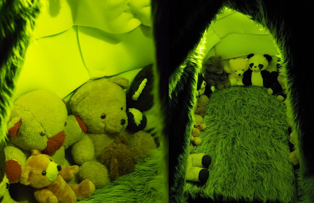 Kahden kuvan yhdistelmä, vasemmalla yksi kuva, oikealla toinen. Molemmissa kuvissa kirkkaan vihreä sävy. Molemmat kuvat esittävät vierekkäin karvaisella alustalla istuvia erilaisia nallekarhuja.