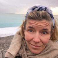 Eva Lamppu, lähikuva meren rannalla