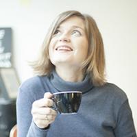 Heidi Partti kahvikuppi kädessään.