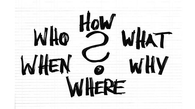 Kuvassa on kysymyksiä: miten, mitä, miksi, missä, milloin, kuka. Kysymykset on kirjoitettu ruutupapeprille mustalla kynällä.