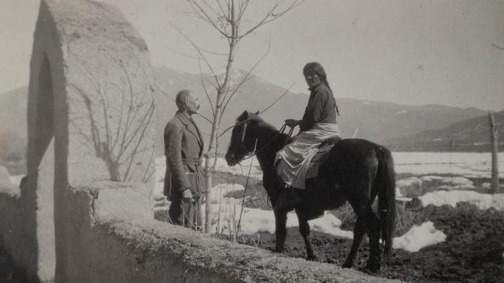 Akseli Gallen-Kallela ja hevosen selässä istuva Jerry 1924–1925