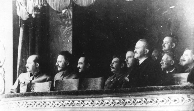 J.V. Stalin Bolsoi-teatterin loosissa. Lähde: Yandex kuvahaku.